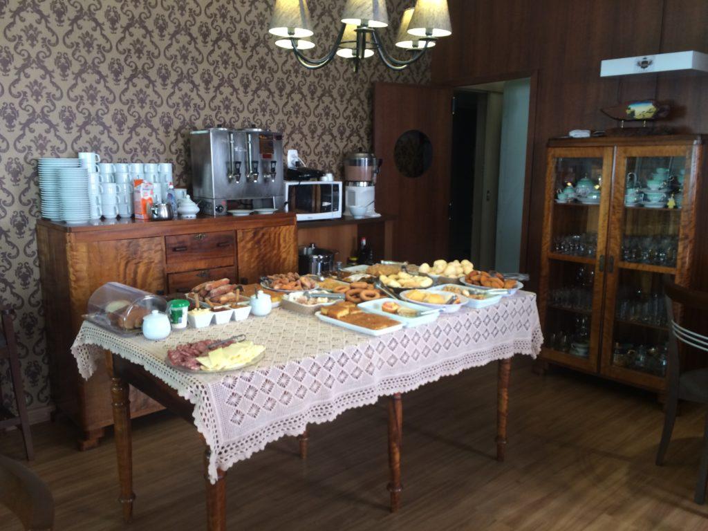 A senhorinha simpática nos avisou que ainda faltavam alguns pratos para completar a mesa!