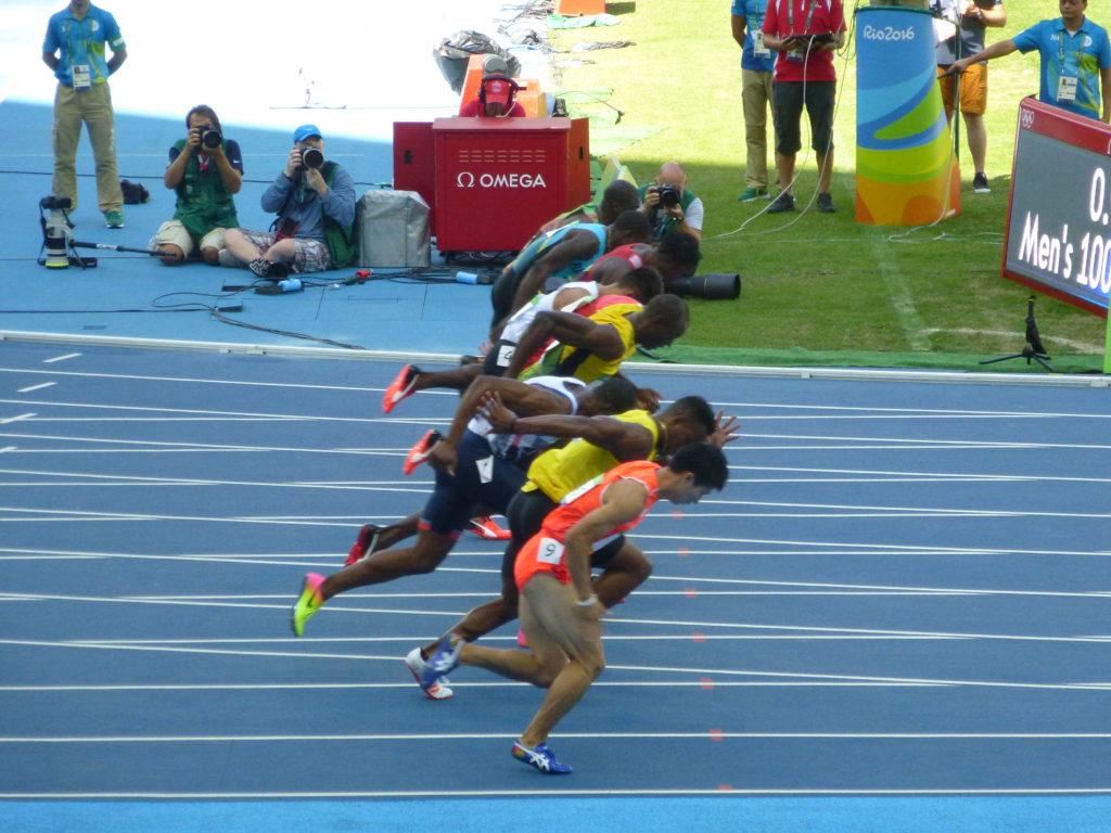 Vai Bolt! Ele ganhou, óbvio. Foi uma classificatória dos 100m! Ele é simpático e sabe que é bom (ficava dando tchauzinho pra delírio da torcida haha).