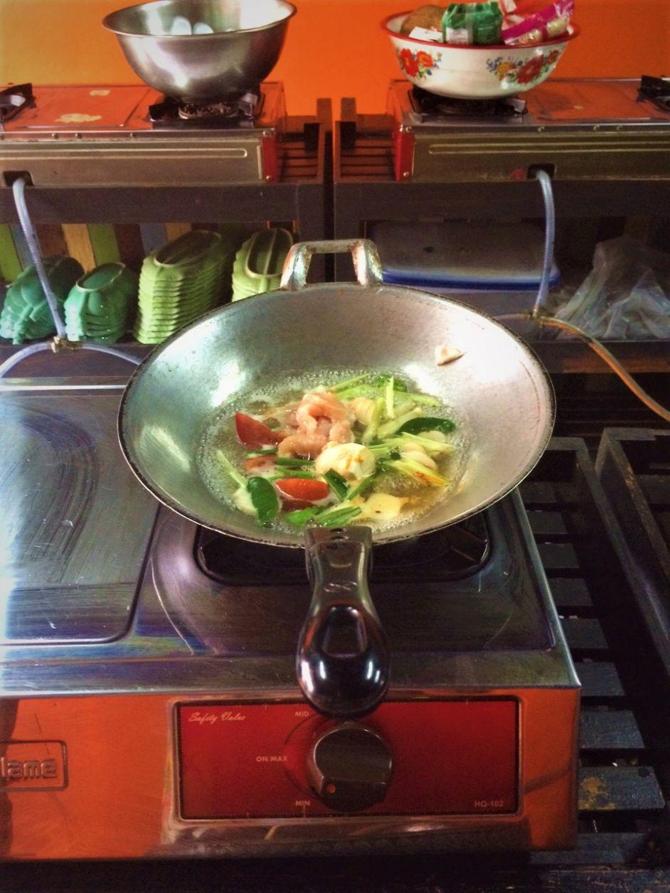 A sopa mais fácil do mundo! É só jogar tudo na wok e esperar o milagre acontecer, haha!