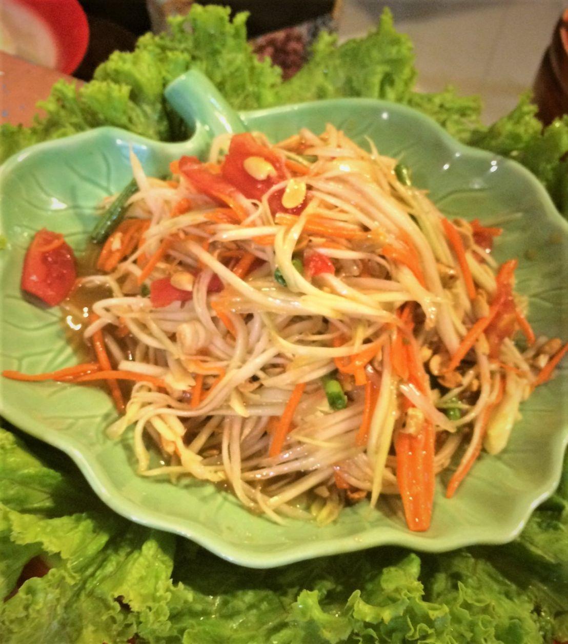 Papaya salad pronta! Foram só duas pimentinhas pequenas para esse tantão de salada e o negócio já ficou PODEROSO