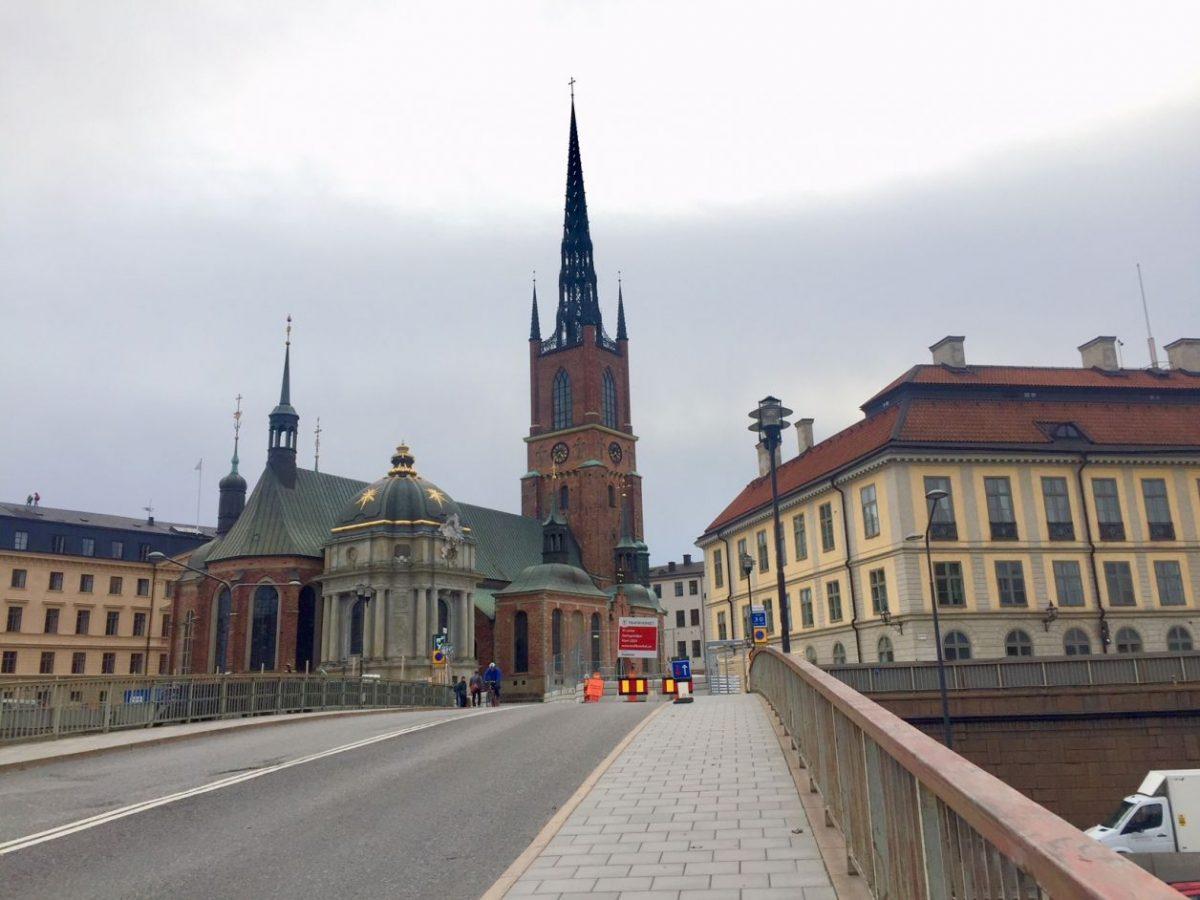 ponte que leva ao prédio mais antigo de Estocolmo