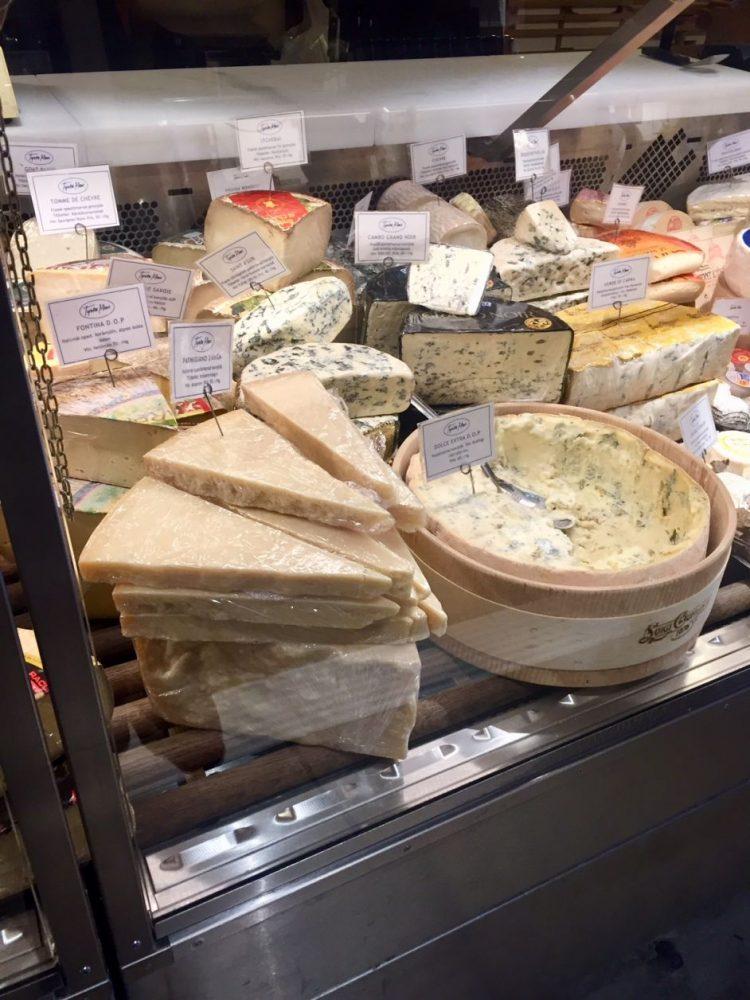 queijos em mercado na capital da Suécia