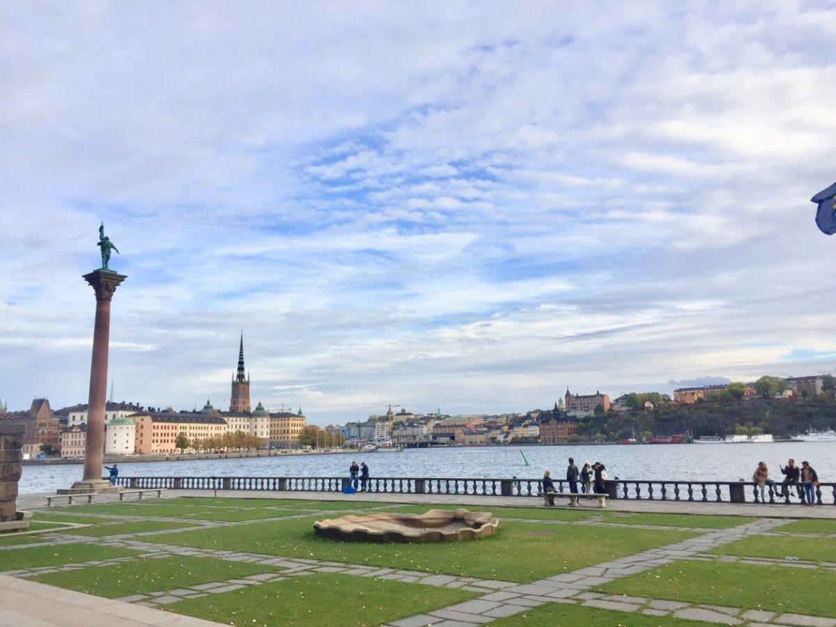 Jardins nos fundos da prefeitura de Estocolmo